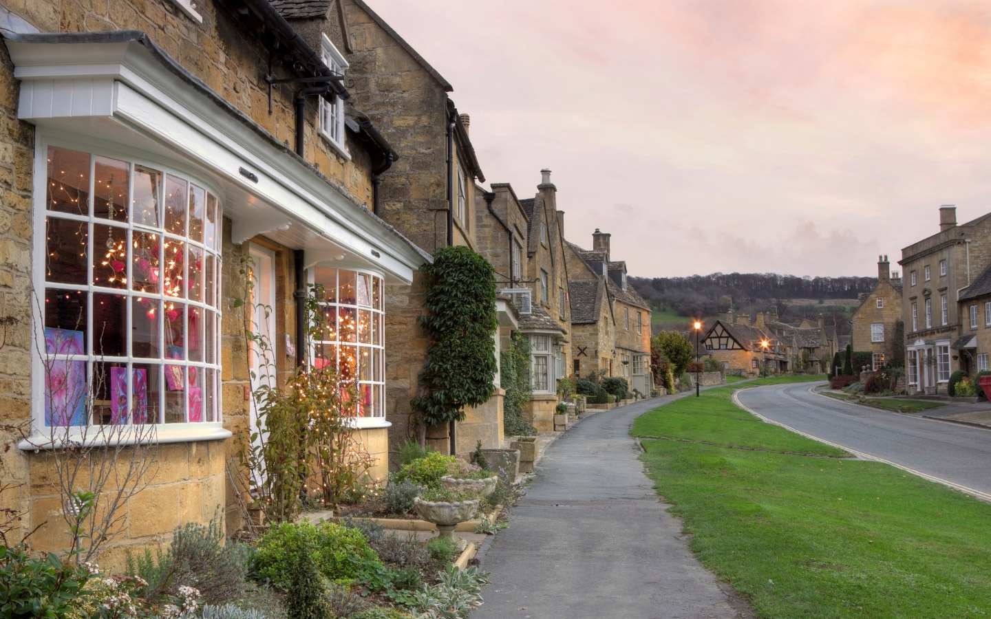 Broadway in the Cotswolds at Christmas [photo credit Canva]